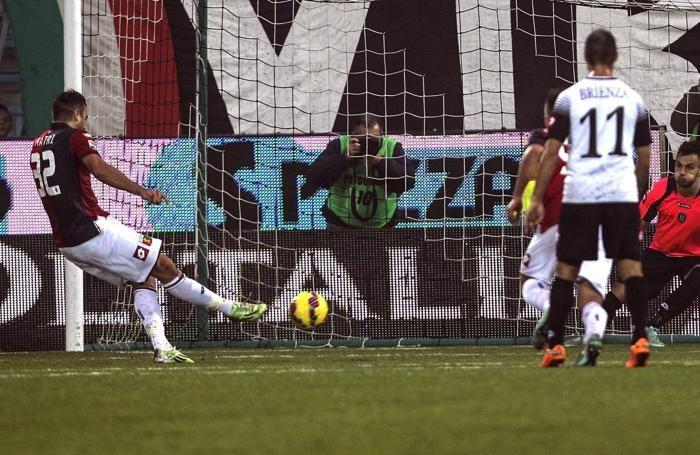 Il portiere romagnono Leali para il rigore di Matri nel match perso domenica in casa contro il Genoa