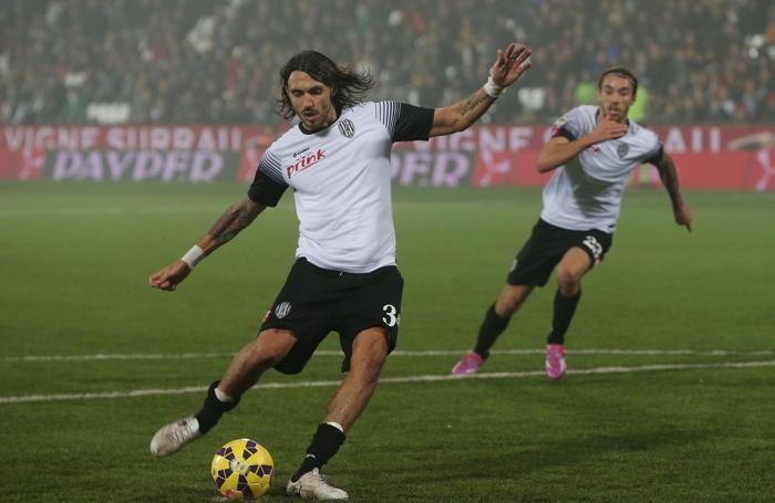Cascione calcia il rigore contro il Genoa