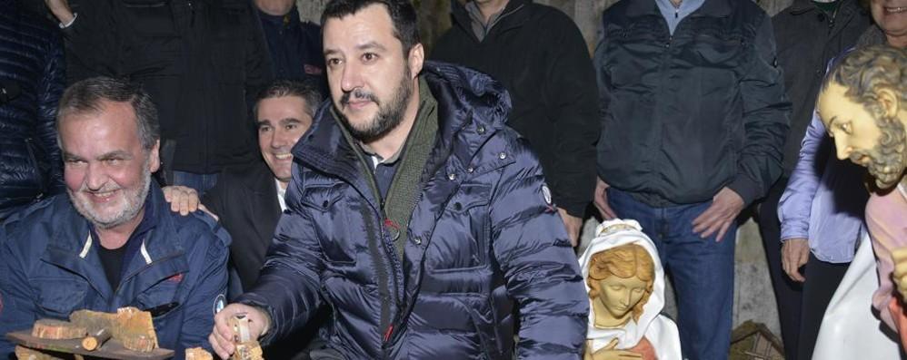 Il preside chiarisce: il presepio si può fare  E  Matteo Salvini ne porta uno al presidio