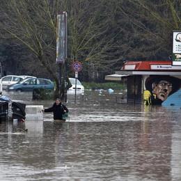 Pioggia continua, rischio valanghe  Roma è allagata: guarda le foto