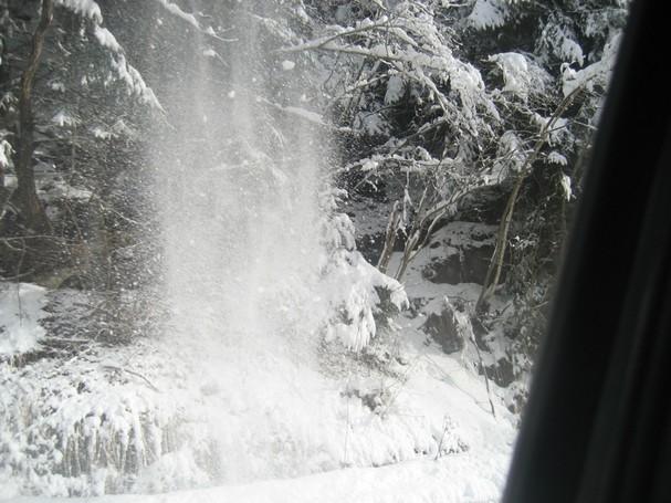 Cascata di neve sulla strada