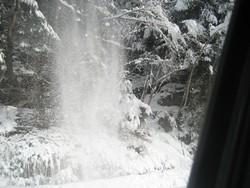 Una cascata di neve sulla strada