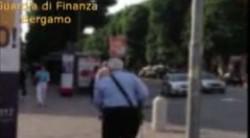 Il «cieco totale» cammina in centro a Bergamo