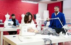 Gli stilisti emergenti al lavoro sotto la supervisione di Ildo Damiani