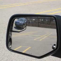 Un'altra truffa dello specchietto  Un'impiegata: «Ho avuto paura»