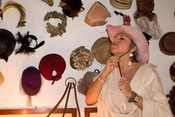 La Giuliana prova un suo cappello