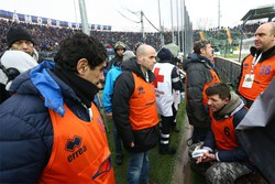Cameramen ferito da un petardo lanciato dalla curva dei tifosi dell'Atalanta  ANSA/PAOLO MAGNI