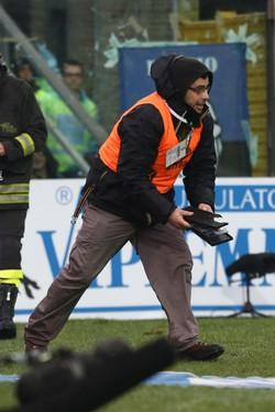 Atalanta - Napoli pezzi di tabellone finiti in campo dopo esplosione bomba carta