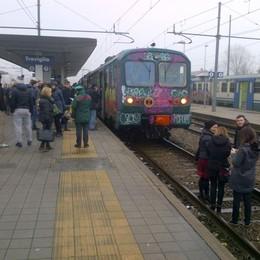 Treviglio, treno dei pendolari cancellato  E i viaggiatori inscenano la protesta