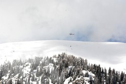 Elicottero in azione per far scendere le valanghe a Valleve