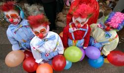 Bambini vestiti da pagliacci