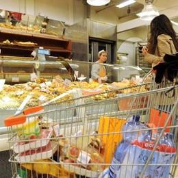 Inflazione ferma rispetto a gennaio  In crescita alcolici e tabacchi