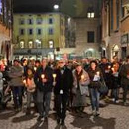 Un migliaio   in ricordo di Gigi  Le candele nel cuore della città