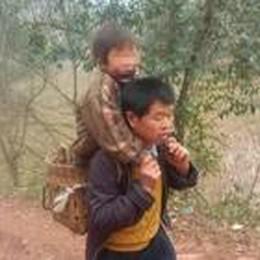 Col figlio  in spalla per 29 km al giorno  Yu e Xiao commuovono il mondo
