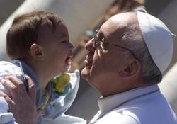 Papa Francesco accarezza e bacia un bambino