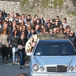 In mille ai funerali di Chiara  «Il tuo sorriso sarà per sempre»
