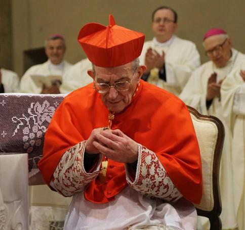 Un momento di raccoglimento del  cardinale di Loris Capovilla nella chiesa parrocchiale di Sotto il Monte
