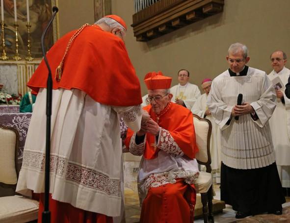 Il cardinale Angelo Sodano impone la berretta  cardinalizia  a monsignor Loris Capovilla che diventa così  cardinale nella chiesa parrocchiale di Sotto il Monte
