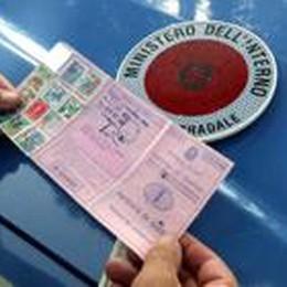 Ha la patente scaduta da 4 anni  Scatta maxi multa da 500 euro