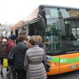 Pizzicato sul bus senza biglietto  scippa il controllore: arrestato