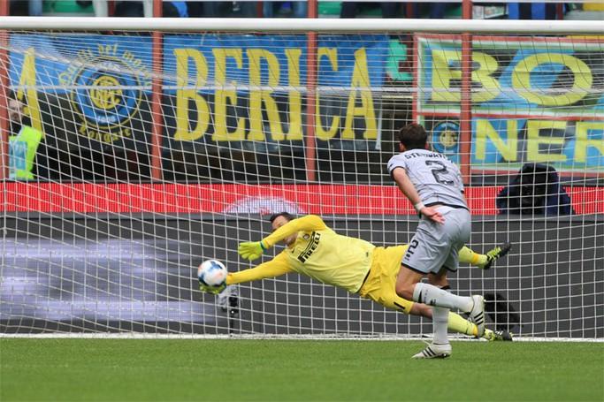 La palla-gol di Stendardo neutralizzata da Handanovic nel primo tempo