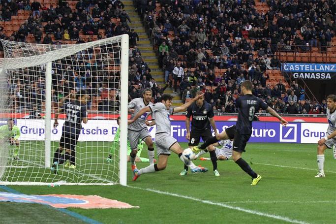 La palla-gol di  Icardi salvata da Raimondi