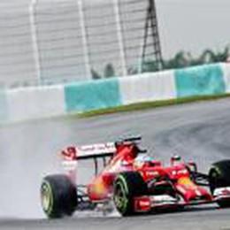 Meccanici della Ferrari super  Hamilton in pole, Alonso è 4°