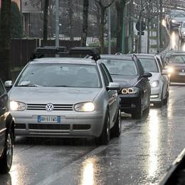 Più radiazioni che immatricolazioni  La crisi taglia le auto in circolazione