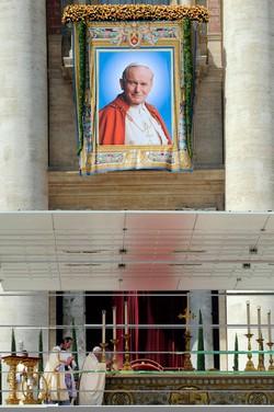 L'arazzo di Giovanni Paolo II durante la cerimonia di beatificazione