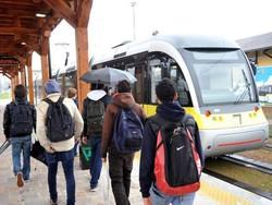 Studenti vanno a prendere il Tram delle Valli