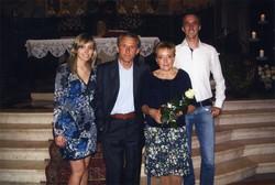 Giorgio Previtali con la moglie e i figli alla festa per i 30 anni di matrimonio