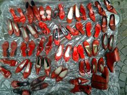 Scarpette rosse per pensare alla donna