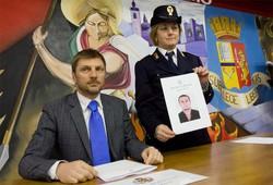 Il capo della squadra mobile Gianpaolo Bonafini durante la conferenza stampa che spiega l'operazione dell'arresto