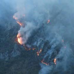 L'incendio boschivo sul monte Secco