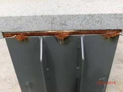 Un dettaglio della panchina arrugginita