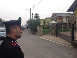 Carabinieri davanti alla casa di Magrì