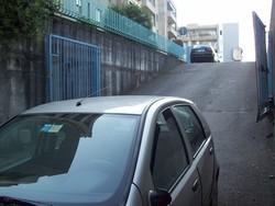 La Fiat Punto che ha investito il pensionato sulla rampa dell'autorimessa, con il cancello che l'uomo stava aprendo