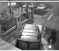 Un fotogramma dell'operaio che fora le gomme delle auto in sosta a Seriate