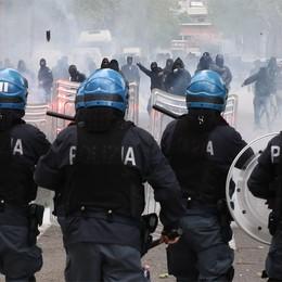 Stadio, il bilancio: 3 poliziotti contusi  Il questore: «Evitato il contatto fra tifosi»