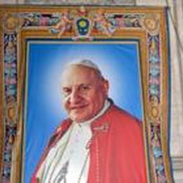 Papi santi, in  2 mila da Bergamo  Ecco l'arazzo di Giovanni XXIII