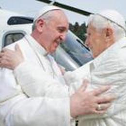 Canonizzazione con Ratzinger  Il vescovo Beschi vicino al Papa
