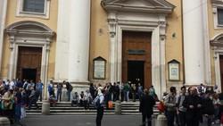 I  pellegrini davanti alla chiesa di San Carlo al Corso, a Roma