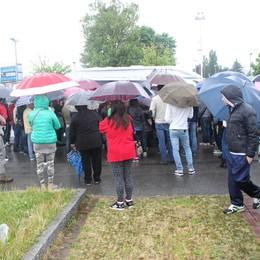 Dalmine, 200 a caccia di un lavoro  Sotto la pioggia per il curriculum