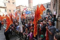 Alcuni dimostranti durante la manifestazione  di solidarietà per gli indipendentisti arrestati organizzata a Verona