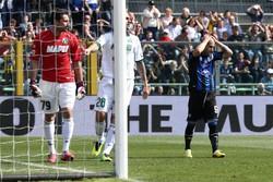 L'attaccante dell'Atalanta Giuseppe De Luca si dispera dopo il tentativo fallito sullo 0-0