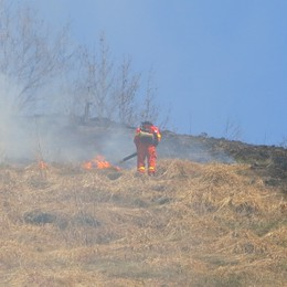 Nuovo rogo sul  monte Froll Premolo, fiamme vicino alle case