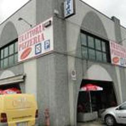 Rubano alla pizzeria «Da Simone»  Sorpresi da un passante, la fuga