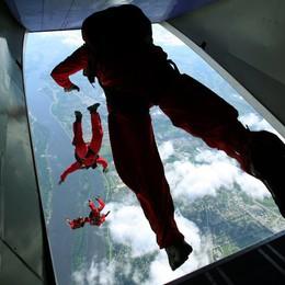 Chiusa la pista, tocca ai paracadutisti  Adrenalina pura, spettacolo mozzafiato