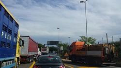 Il traffico al cantiere fuori dall'autostrada