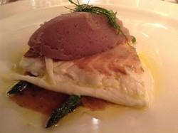 Branzino e asparagi al vapore con battuto di olive liguri e patate viola di Martinengo.